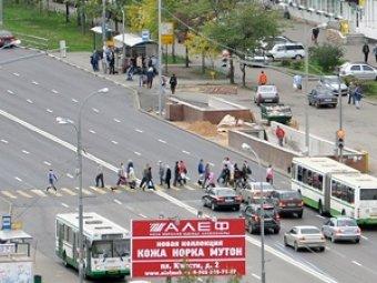 Московского бизнесмена избили и ограбили средь бела дня, когда он остановился на светофоре