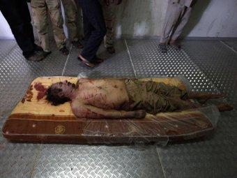 Тело Каддафи выставили на обозрение в холодильнике Торгового центра