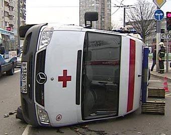 Скорая помощь перевернулась в центре Москвы, четыре человека госпитализированы