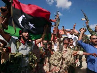 В Ливии повстанцы начали сносить главную резиденцию Каддафи