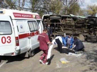 В Биробиджане автобус столкнулся с джипом: двое погибли, восемь ранено
