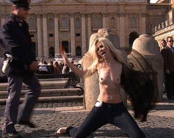 Активистки движения FEMEN обнажились в Ватикане