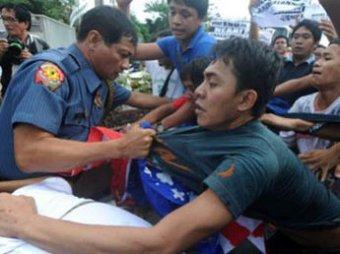 На Филиппинах кортеж Хилари Клинтон закидали камнями и  яйцами