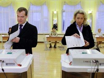 Медведев пообщался с урной для голосования, а глава ЦИК Чуров предложил урну … съесть