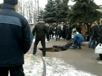 В Брянске мать с 1,5-годовалым ребенком провалилась в яму в асфальте