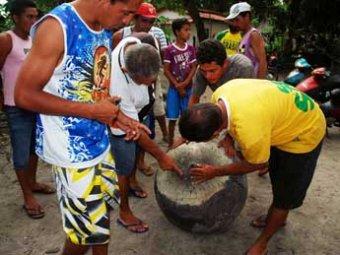В Бразилии с неба свалился таинственный металлический шар