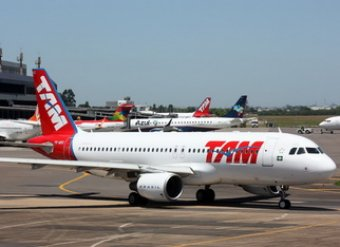 Отбиваясь от пассажира, пилот пассажирского самолета выпустил штурвал из рук