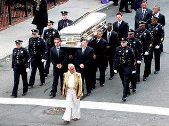 Скандал: в США журнал опубликовал фото Уитни Хьюстон в гробу