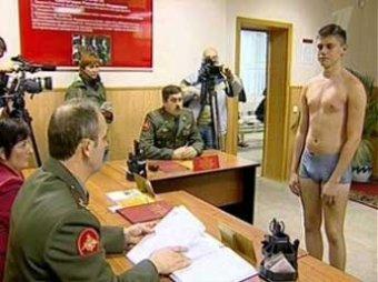 Госдума может обязать призывников самих являться в военкомат и забирать повестки