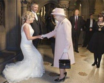 Елизавета II посетила свадьбу простых британцев в ответ на шутливое приглашение