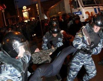 """""""Коммерсант-FM"""" заявил, что их репотрера избили дубинкой. ГУВД Москвы: почему журналистка не в реанимации?"""