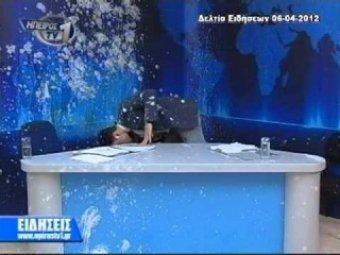 Греческого телеведущего в прямом эфире забросали яйцами