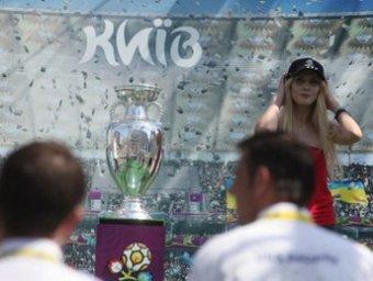 Активистка FEMEN повредила Кубок Евро-2012