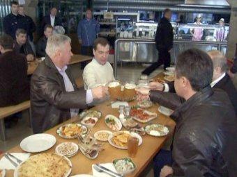 Медведев и Путин отметили Первомай, выпив пива в баре