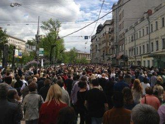 """На """"контрольную прогулку"""" в центре Москвы пришли тысячи людей"""