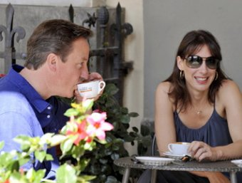 Британский премьер Дэвид Кэмерон с женой забыли 8-летнюю дочь в пабе