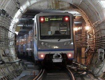 В столичном метро мужчина погиб, выпав из дверей движущегося поезда