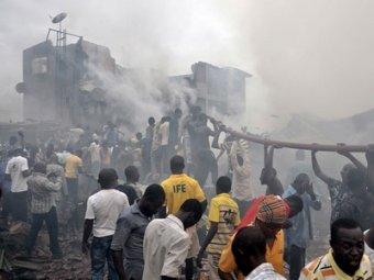 В Нигерии самолет со 153 пассажирами упал на город