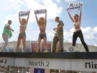 В Киеве с забора Олимпийского стадиона сняли полуголых FEMENисток