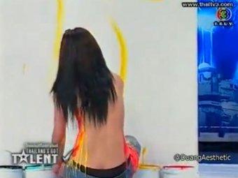 В Тайланде художница, рисующая обнажённой грудью, шокировала телезрителей