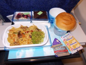 На рейсах, летевших из Амстердама в США, в бутербродах для пассажиров оказались иглы