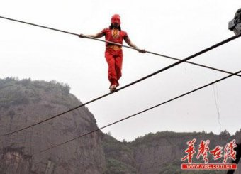 Китайский акробат выжил после падения в 200-метровую пропасть