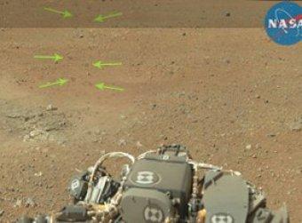 """Curiosity заснял на Марсе """"ящерицу"""", """"гуманоида"""" и """"стоптанный ботинок"""""""