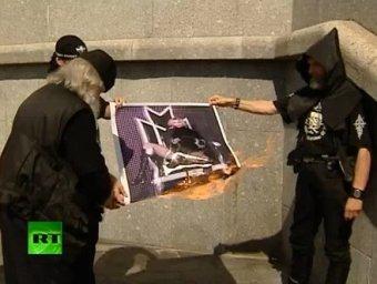Возле Храма Христа Спасителя в Москве сожгли портрет Мадонны , отправив ее в ад