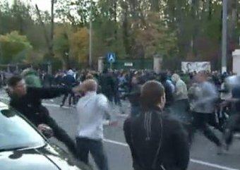 Футбольные фанаты устроили в центре Москвы массовое побоище