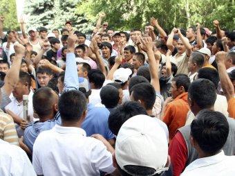 В Кыргызстане толпа избивала судью и прокурора, пока они не поменяли вердикт