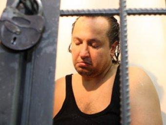 Фрик-певец Крестов признался в изнасиловании прямо на суде, стоя на коленях