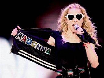 Мадонна продолжает серию скандальных выходок на сцене