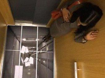 LG напугала пассажиров лифта рекламой новых дисплеев