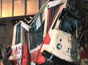"""В Петербурге трамвай """"сбежал"""" от водителя и врезался в опору моста"""