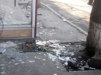 В Москве лихач снёс автобусную остановку