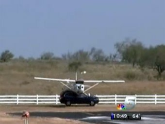 В Техасе самолет, заходя на посадку, протаранил джип
