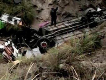 Свадебный автобус рухнул в пропасть в Индии: 16 погибших