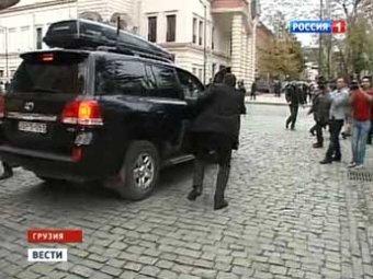 Машину Саакашвили закидали камнями
