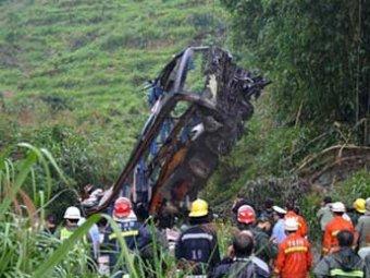 В Китае автобус рухнул с горной дороги: 9 погибших