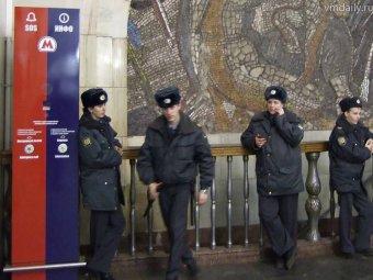 В Московском метро пьяный бомж напал с ножом на полицейского