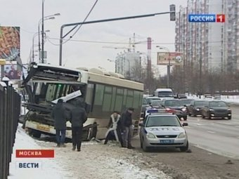 В Москве автобус сбил мать с двумя детьми