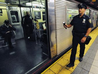 В Нью-Йорке газета шокировала читателей, опубликовав снимки гибнущего на рельсах метро мужчины