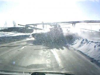 В Нижнем Тагиле танк выскочил на трассу прямо перед шокированными автолюбителями