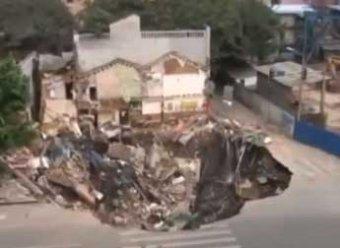 В Китае четыре дома провалились в яму у стройплощадки