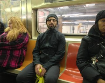 Глава Google проехал в метро в очках из будущего