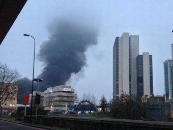 В центре Лондона врезался в кран и рухнул вертолет: 2 человека погибли