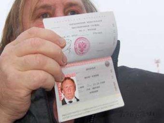 Блогеры уверены, что ФМС взяла фото Депардье на российский паспорт из Интернета