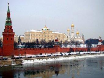 Напротив Кремля неизвестные повесили экстремистский баннер