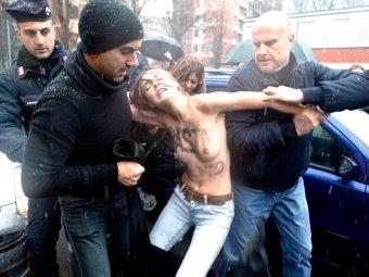 Активистки Femen атаковали Берлускони на избирательном участке