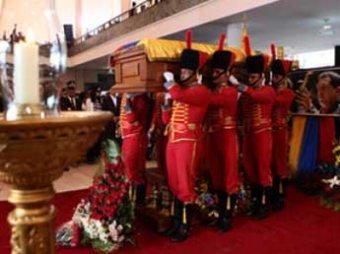 Тело Чавеса поместили в мраморный саркофаг посреди водоема